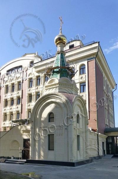 Монтаж купола с ажурным крестом и подкупольным барабаном на Часовню Иоанна Богослова (Москва, ул. Большая Лубянка)